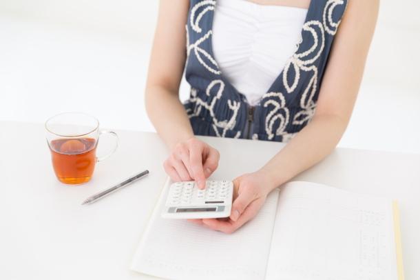 コスト計算する女性