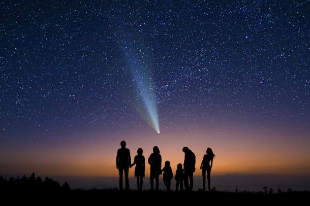 彗星を眺める人たち